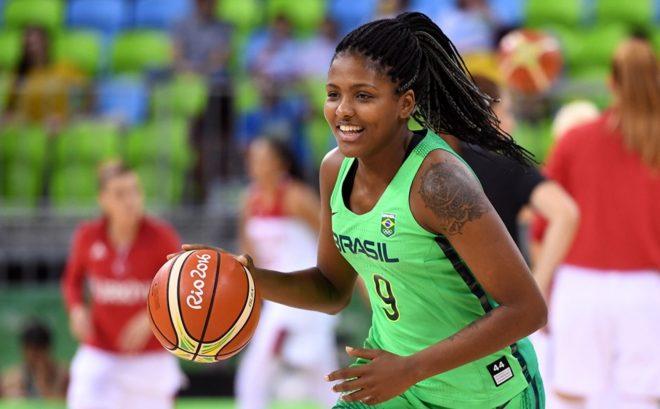 A ala Isabela Ramona defendeu a camisa da d Seleção Brasileira nos Jogos Olímpicos Rio 2016, sua primeira participação no torneio (Divulgação/FIBA)