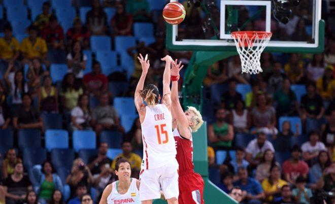 Foi de Anna Cruz o arremesso certeiro no estouro do cronômetro que deu a vitória e a vaga para a Espanha no Rio 2016 (Divulgação/FIBA)