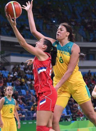 Partida entre Austrália e Sérvia foi pegada e equilibrada durante os 40 minutos (Divulgação/FIBA)