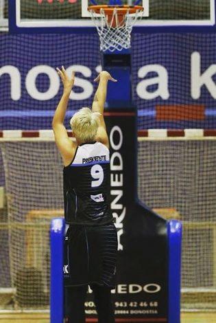 Nádia estreou com duplo-duplo em sua nova equipe no basquete espanhol (Divulgação)